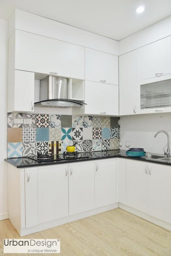 Căn hộ 83m² tại Hà Nội đẹp và hiện đại như Bếp nhỏ gọn với kệ tủ lớn. Bên cạnh gam màu đen - trắng hiện đại thì khoảng tường hoa ở khu vực này cũng tạo ra sự kết nối cho toàn căn hộ.